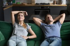 Młody człowiek i kobieta siedzi wpólnie na leżance, relaksuje zdjęcia royalty free