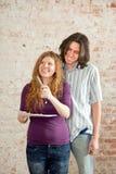 Młody człowiek i kobieta w niereperowanym mieszkaniu Obraz Stock