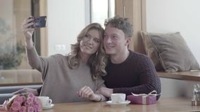 Młody człowiek i kobieta w restauraci na walentynki ` s dniu szczęśliwa para zbiory