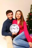 Młody człowiek i kobieta z drzewem i zegarem Obrazy Royalty Free