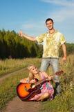 Młody człowiek i kobieta z gitarą Fotografia Royalty Free