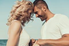 Młody człowiek i piękna kobieta zabawę na plaży fotografia royalty free