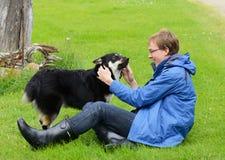 Młody człowiek i pies Zdjęcia Royalty Free
