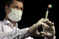 Młody człowiek jako lekarka daje medycznemu zastrzykowi Z kości słoniowej wybrzeże f zdjęcie royalty free