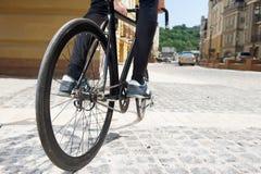 Młody człowiek jeździć na rowerze w dużym mieście Zdjęcie Stock