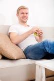 Młody człowiek je kanapkę w domu zdjęcia stock