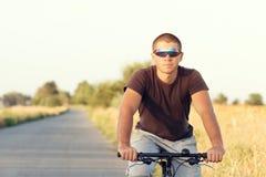 Młody człowiek jedzie bicykl Obrazy Royalty Free