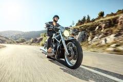 Młody człowiek jedzie motocykl Obrazy Royalty Free