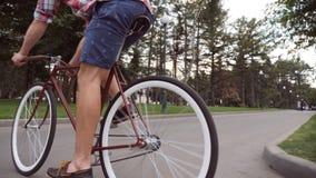 Młody człowiek jedzie rocznika bicykl przy parkową drogą Sporty faceta jeździć na rowerze plenerowy Zdrowy aktywny styl życia Nis zdjęcie wideo