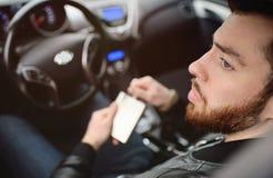Młody człowiek jedzie samochód z żelazną kolbą zdjęcia stock