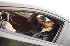 Młody człowiek jedzie samochód z żelazną kolbą zdjęcia royalty free