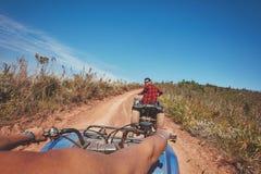 Młody człowiek jedzie wszystkie terenu pojazd w naturze obrazy stock