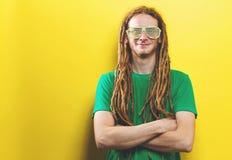 Młody człowiek jest ubranym żaluzję cieni okulary przeciwsłonecznych obraz royalty free