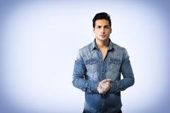 Młody człowiek jest ubranym drelichową koszula, ręki łączyć wpólnie zdjęcie stock