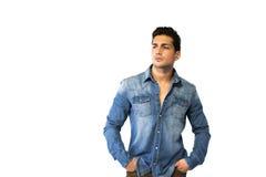 Młody człowiek jest ubranym drelichową koszula, ręki w kieszeniach obrazy stock