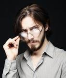 Młody człowiek jest ubranym eyeglasses nad czarnym tłem Styl życia co obrazy stock