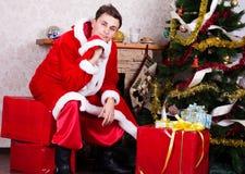 Młody człowiek jest ubranym jak Santa klauzula. Obraz Royalty Free