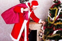 Młody człowiek jest ubranym jak Santa klauzula. Fotografia Stock