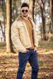 Młody człowiek jest ubranym jesieni modną odzież obraz stock