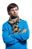 Młody człowiek jest ubranym szalika i pulower Fotografia Stock