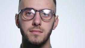 Młody człowiek jest ubranym szkła Odizolowywających na białym tle zbiory wideo