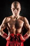 Młody człowiek kickboxing na czerni Fotografia Royalty Free