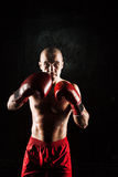 Młody człowiek kickboxing na czerni Obraz Royalty Free