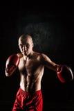 Młody człowiek kickboxing na czerni Zdjęcie Royalty Free