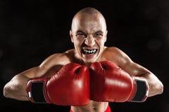 Młody człowiek kickboxing na czerni z kapą w usta Fotografia Royalty Free