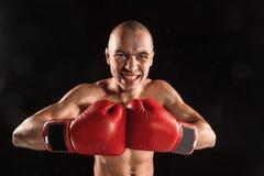 Młody człowiek kickboxing na czerni z krzyczącą twarzą Zdjęcia Stock