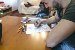 Młody człowiek kolorystyki mandalas Zdjęcie Royalty Free