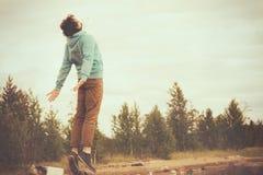 Młody Człowiek lewitaci Latający skakać plenerowy Obraz Royalty Free