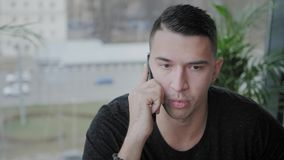 Młody człowiek mówi telefonem Freelancer praca na netbook w nowo?ytny coworking Programista przy dalek? prac? ludzie sukcesu zbiory