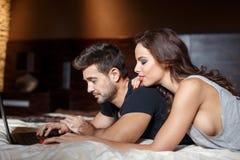 Młody człowiek męczący o online zakupy z żoną Fotografia Royalty Free