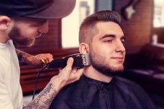 Młody człowiek ma brodę goljącą Zdjęcie Royalty Free