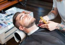 Młody człowiek ma brodę goljącą Fotografia Royalty Free