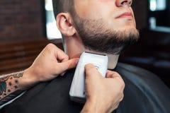 Młody człowiek ma brodę goljącą Obraz Stock