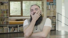 Młody człowiek ma szok reakcję i nakrycie jego usta używa jego wręczamy krzyczeć - zdjęcie wideo