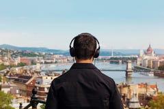 Młody człowiek muzyki plecy słuchający widok z Budapest obrazy royalty free