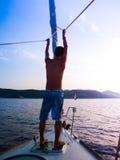 Młody człowiek na żeglowanie statku spojrzeniach w odległość Podróżnik dalej zdjęcie stock