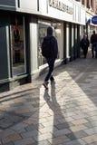 Młody Człowiek na Angielskiej głownej ulicie w cieniu Zdjęcia Stock