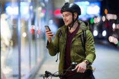Młody człowiek na bicyklu w mieście zdjęcie stock
