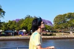Młody człowiek na CityCat na Brisbane Rzecznym oddawaniu od Colorfest dokąd uczestnicy rzucają colourful proszek w powietrzu wyra Obraz Stock