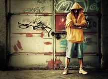 Młody człowiek na graffiti grunge ścianie Obrazy Royalty Free