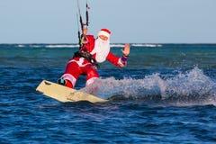 Młody człowiek na kani w kostiumu Święty Mikołaj Boże Narodzenia a Zdjęcia Royalty Free