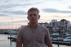 Młody człowiek na kuszetce z jachtami w Agadir porcie, Maroko Fotografia Stock