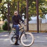Młody człowiek na rocznika bicyklu plenerowym Zdjęcia Stock