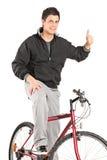 Młody człowiek na rowerze daje kciukowi up Zdjęcia Royalty Free
