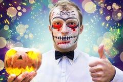 Młody człowiek na szalonym Halloween przyjęciu Portret mężczyzna w masce na wakacyjnym Halloween Zdjęcia Stock