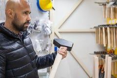 Młody człowiek nabywa handtool w narzędzia sklepie zdjęcia royalty free